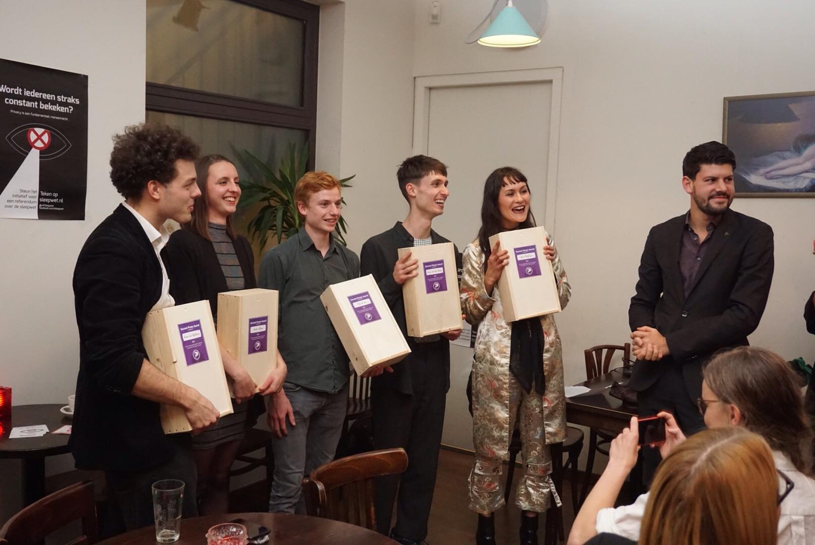 De initiatiefnemers van het referendum over de sleepwet ontvangen de Piratenprijs.