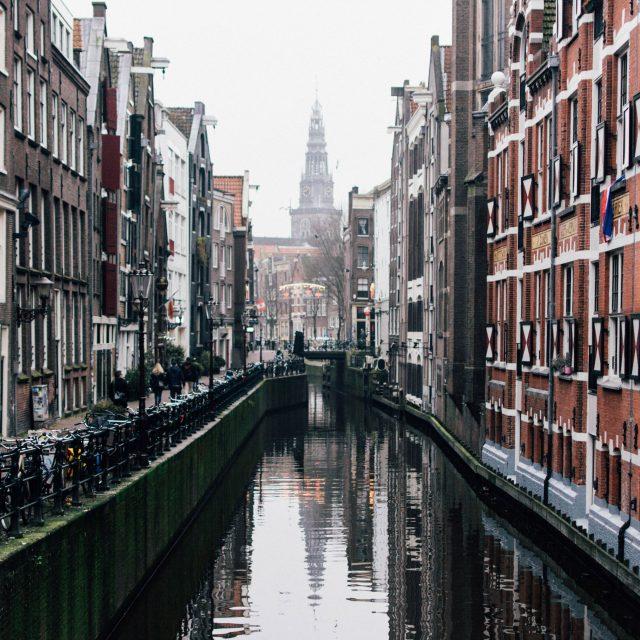 Amsterdam bezint en gaat door